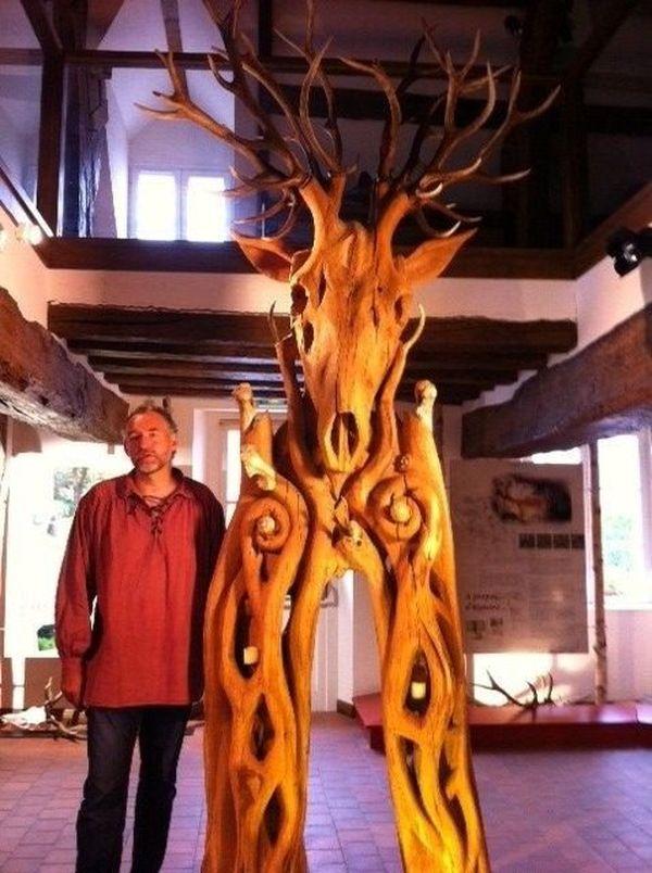 "Jacques Rieu et sa scultpure ""L'esprit de la forêt"""