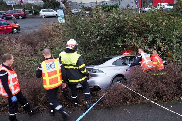 France : des pompiers essayent de secourir une femme dans son véhicule après un accident.