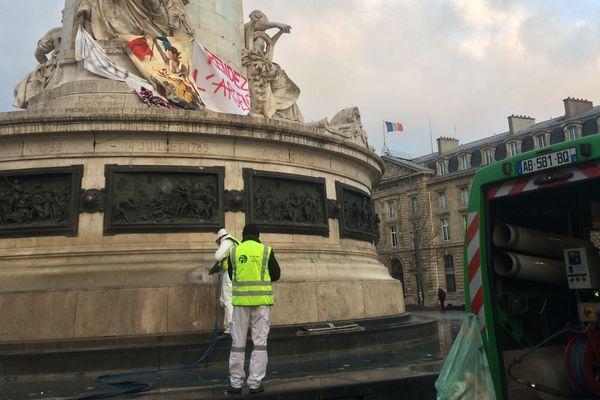 Le service de propreté de Paris à pied d'oeuvre pour nettoyer la capitale.