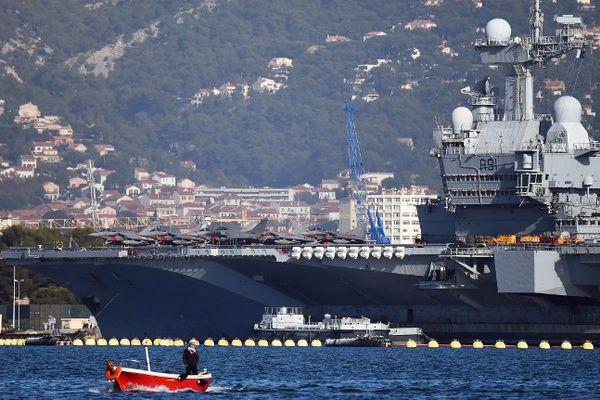 Le Charles de Gaulle dans le port de Toulon