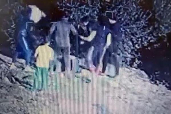 Sur cette vidéo, on peut voir six mineurs passer à tabac un autre adolescent.