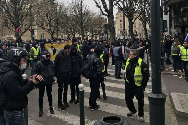 Gilets jaunes et individus cagoulés représentent le gros des participants à la manifestation