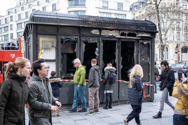 """L'un des kiosques à journaux dégradés sur les Champs-Elysées, dimanche 17 mars, au lendemain de l'""""acte 18"""" des gilets jaunes."""