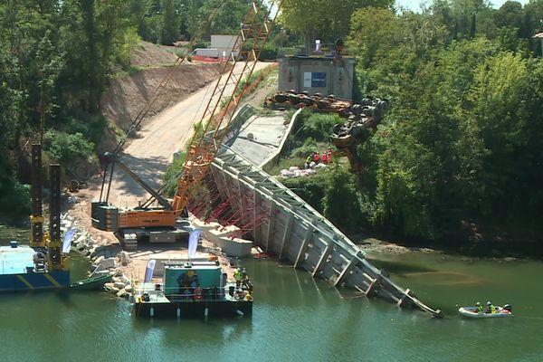 Le camion et sa remorque ont été sortis de l'eau par une grue, ce lundi 6 septembre 2021, 22 mois après l'effondrement du pont de Mirepoix-sur-Tarn