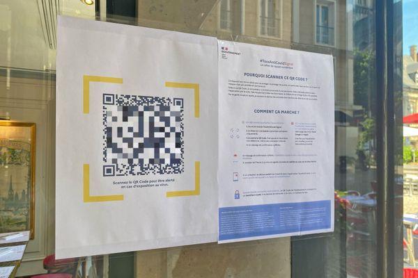 """QR-Code (flouté) d'un """"cahier de rappel"""" numérique à l'entrée d'un restaurant de Rouen le 9 juin 2021"""