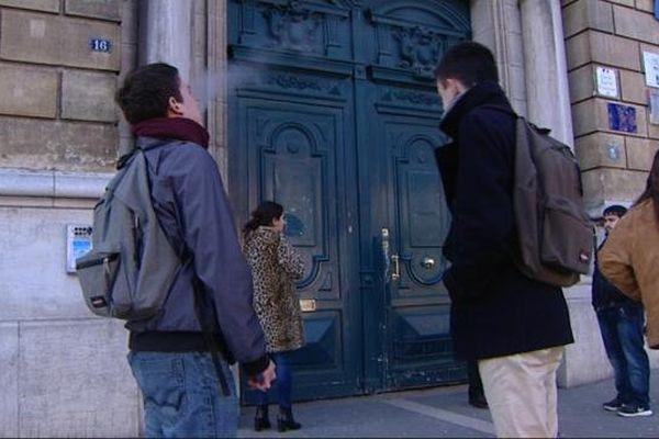 Avant les attentats, les lycéens ne pouvaient fumer qu'à l'extérieur des établissements.