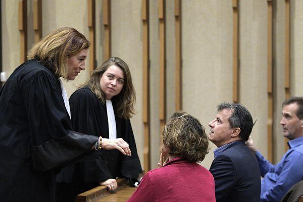Le 8 janvier 2019, Me Beatrice Dubreuil et Me Alice Cabrera, avocates des plaignants, s'entretiennent avec Sylvie Harel (de dos), Fabrice Paumier et Dominique Harel, les parents des deux victimes, avant l'audience de recours au tribunal administratif de Lyon