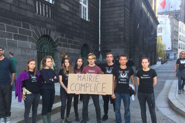 Alors que la justice leur a interdit toute action de blocage au Sommet de l'élevage, des militants antispécistes d'Earth Resistance ont fait irruption dans les locaux de la mairie de Clermont-Ferrand, vendredi 5 octobre, en début d'après-midi.