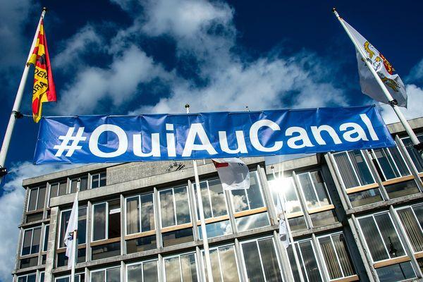 Une banderole #OuiAuCanal devant la mairie d'Arras, en octobre dernier. (Illustration)