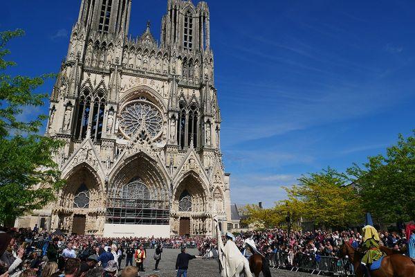 Quelque 100.000 personnes, chaque année, se pressent, pour voir défiler le  cortège de Jeanne d'Arc et du Dauphin.