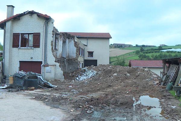 Le 6 juillet, la foudre s'est abattu sur cette maison de Thurins dans le Rhône. En quelques minutes, les flammes ont ravagé l'édifice. Fort heureusement, les propriétaires n'étaient pas présents sur les lieux au moment du drame.