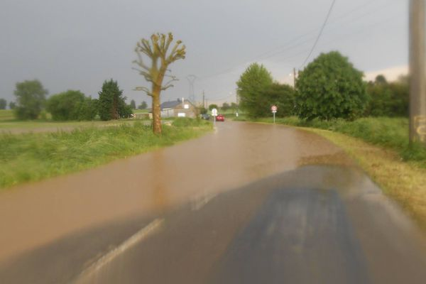 Route inondée entre Berlaimont et Pont-sur-Sambre.