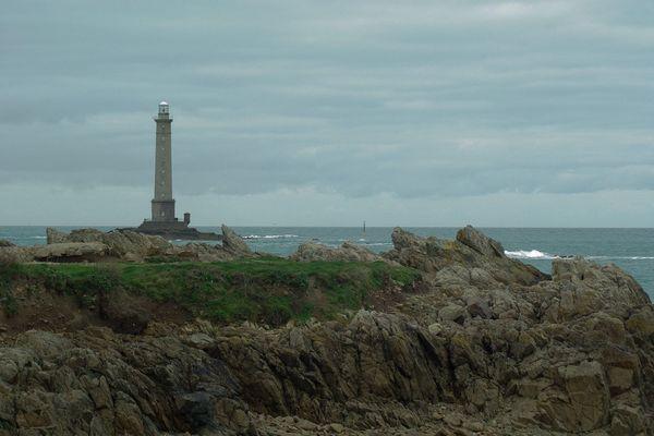 Vers la Hague, à l'horizon du phare de Goury, les nuages reviendront progressivement augurer de conditions moins radieuses pour le 14 Juillet.