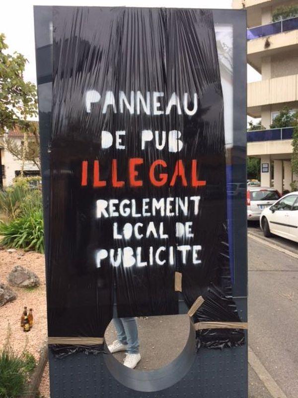 les militants du RAP ont recouvert la trentaine de panneaux publicitaires qu'ils estiment illégale