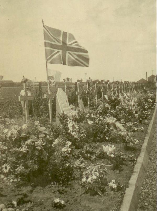 Manifestation en hommage aux soldats anglais morts en mai 1940 à Wattrelos le 14 juillet 1941.
