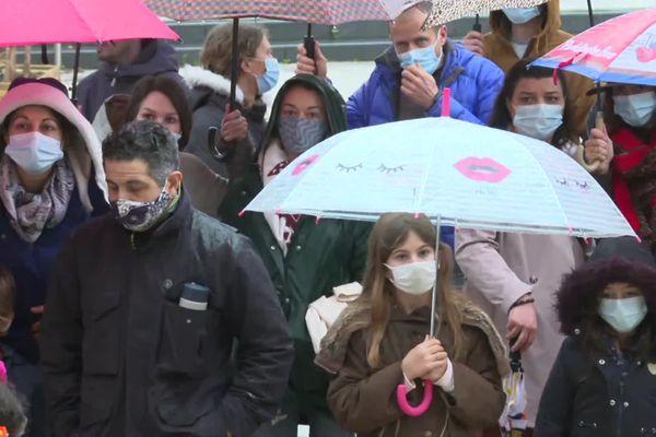 Beaucoup de familles parmi les manifestants ce samedi 6 février, devant la mairie de Capbreton.