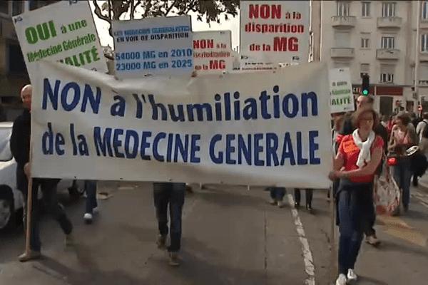 La manifestation des médecins généralistes devant l'ARS à Lyon (3e) : une centaine de médecins en colère - 6/10/15