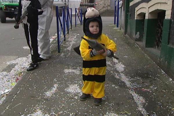 Un (petit) carnavaleux et sa seringue à Solesmes ce lundi.