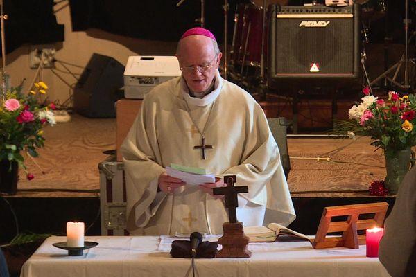 Monseigneur James, l'évêque de Nantes, célébrant la messe de Noël à la prison de Nantes, le 24 décembre 2019
