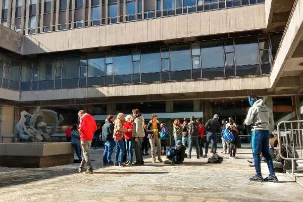 Lundi 16 mars, les jeunes majeurs et le DAL ont été reçus à la mairie de Grenoble.