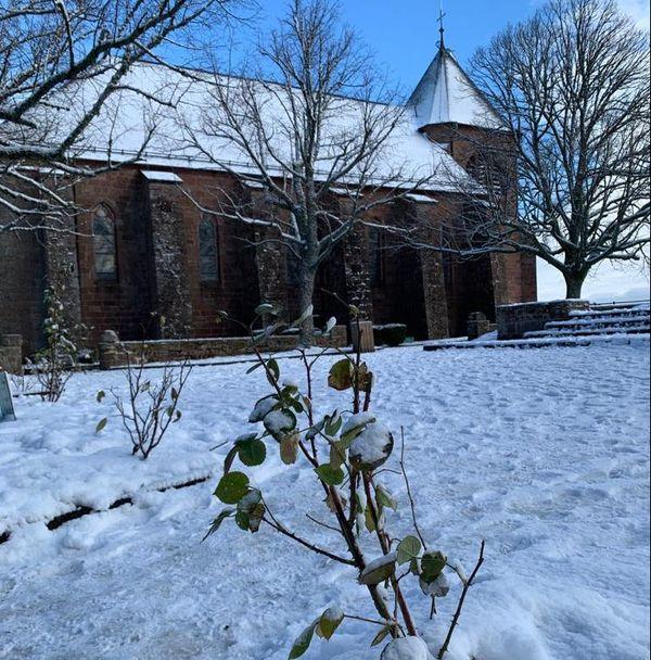 La neige a recouvert le monastère.