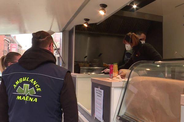 """L'opération solidaire """"Des frites pour les soignants"""" offre des repas aux travailleurs mobilisés."""