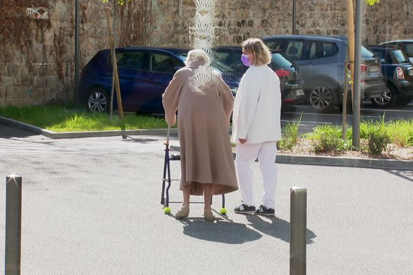 Dans cet EHPAD de saint-Etienne (Loire) , presqu'un tiers des 28 agents chargés du nettoyage et de la restauration sont absents. Le risque reste celui de l'absentéisme qui augmente et donc des établissements de santé qui pourraient se retrouver en difficulté.