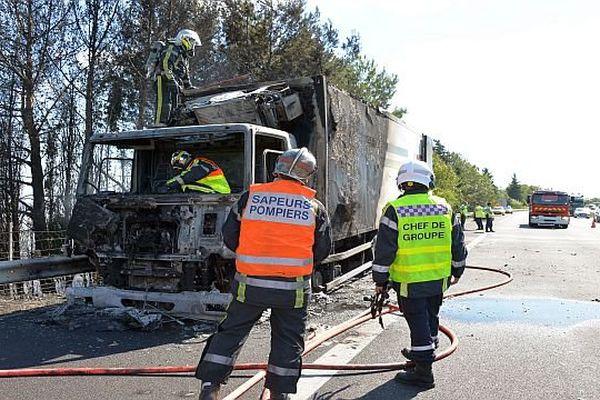 Nîmes-Courbessac (Gard) - un poids lourd détruit par un incendie sur l'A.9 - 19 août 2015.