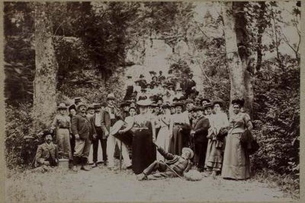 Des excursionnistes au pied de l'aqueduc de Roquefavour au début du XXe siècle