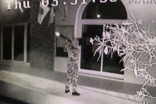 Les images de vidéosurveillance de Centuri montrent un homme armé et cagoulé tirant sur une caméra de surveillance.