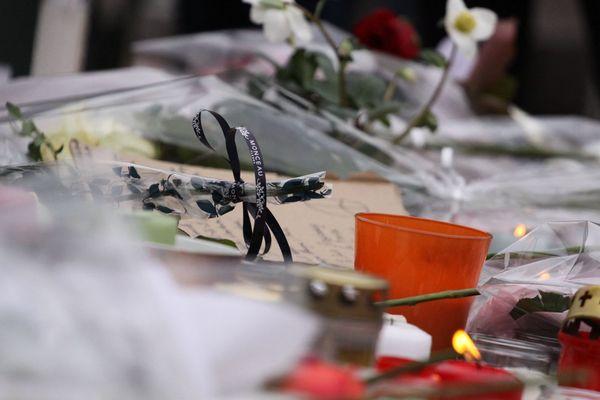 Bougies, fleurs et messages, déposés en hommage aux victimes de l'attentat du 11 décembre 2018, à Strasbourg.