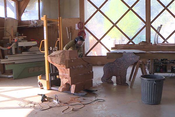 Nathalie Massot sculpte un ourson dans l'atelier David Steinfeld - avril 2021