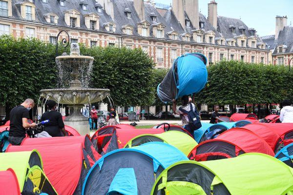 Des migrants et des sans-abris occupent la Place des Vosges à Paris se jeudi après-midi