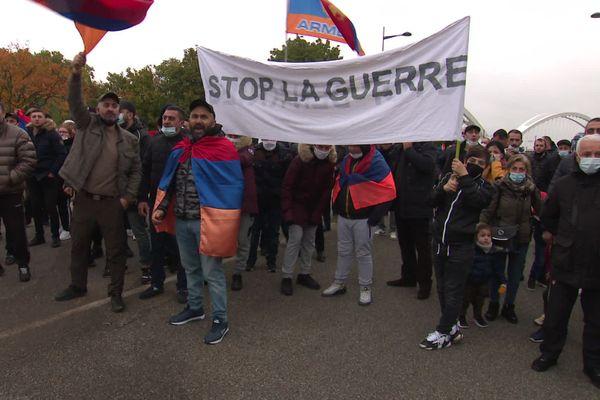 Manifestation sur le pont de l'Europe contre la guerre dans le Haut-Karabakh le 16 octobre 2020.