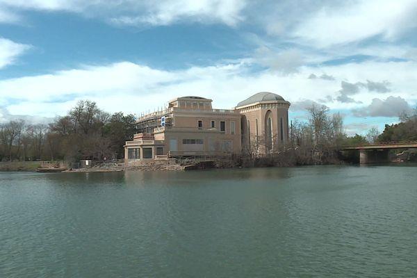 """Le """"château"""" ou """"Villa Laurens"""" à Agde, au bord de l'Hérault, a été construit à la fin des années 1890 par Emmanuel Laurens."""