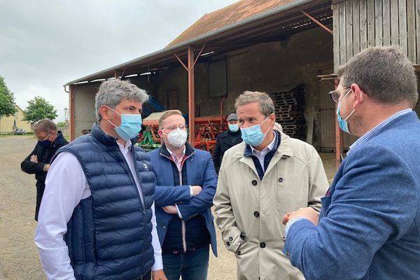 Gilles Platret-LR (à d.), Lilian Noirot-DLF (au c.) et Nicolas Dupont-Aignant-DLF (à d.) sur une exploitation agricole à Diennes-Aubigny (Nièvre)