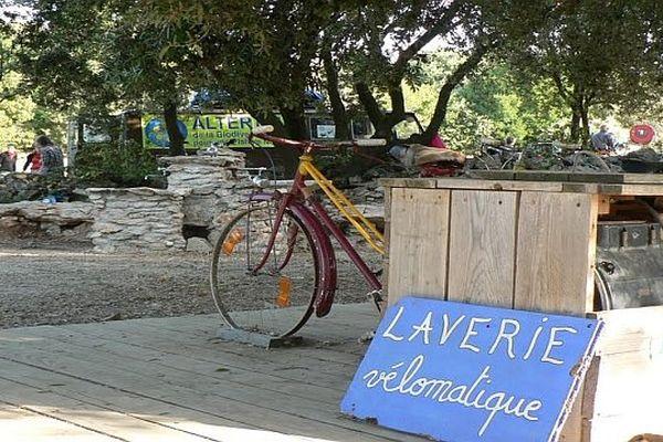 Les militants de l'AlterTour parcourent les routes de France à vélo pour montrer que d'autres modes de vie et de relations sont possibles