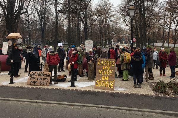 Environ 80 personnes ont manifesté devant la préfecture de Colmar, jeudi 24 janvier, en solidarité avec une famille albanaise sous le coup d'une procédure d'expulsion immédiate.