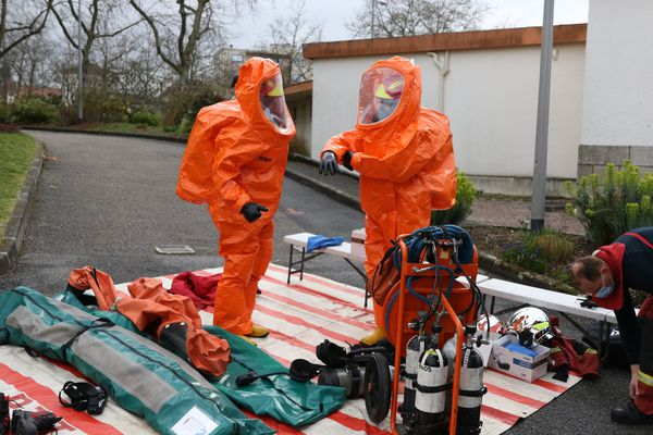 L'unité spécialisée en risques chimiques du SDIS 87 a procédé à des relevés à la suite d'un mélange de produits à la piscine Beaublanc de Limoges