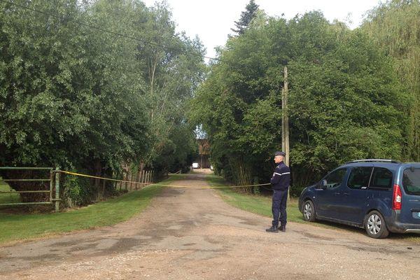 Les gendarmes sont présents devant l'entrée de l'exploitation agricole où le double meurtre s'est déroulé