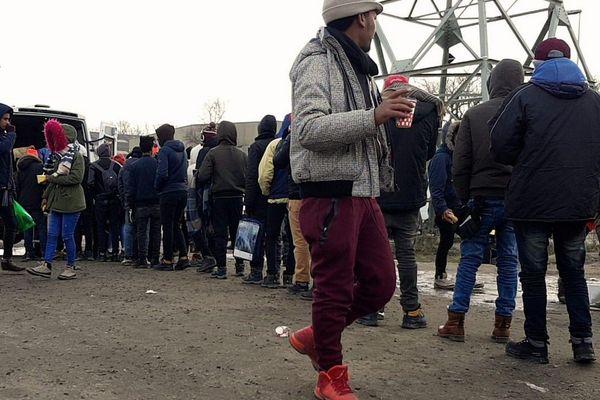 """Les prestations de restauration et d'hébergement à but non lucratif font partie des aides exemptées du """"délit de solidarité"""" (archives : une distribution de repas aux migrants à Calais en février 2018)"""