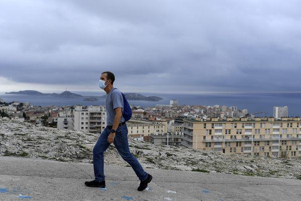 Avec l'instauration du couvre-feu, les règles concernant le port du masque ont été allégées dans les communes d'Aix-en-Provence et Marseille.