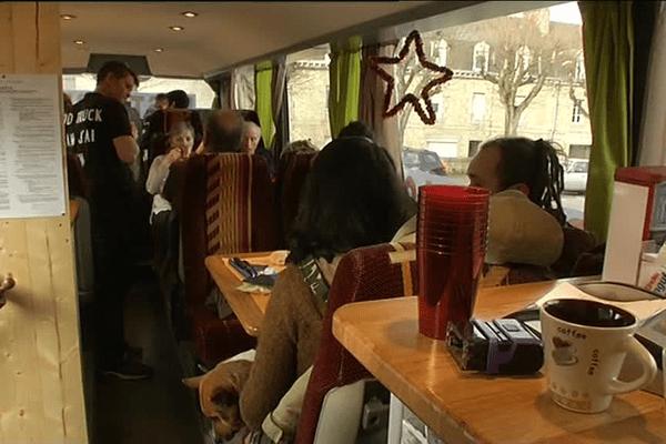 Un repas de Noël, pas comme les autres, dans le bus restaurant de Chrys à Guigamp (22)