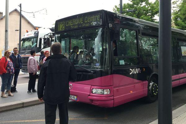 Des bus de substitution ont été mis en place pour remplacer les tramways immobilisés par un problème électrique lundi 27 mai 2019
