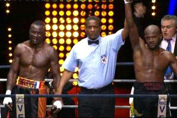 Le boxeur Auvergnat Kamal Mohamed le bras levé. Le 1er avril 2016 à Clermont-Ferrand, il empoche son premier titre de champion de France