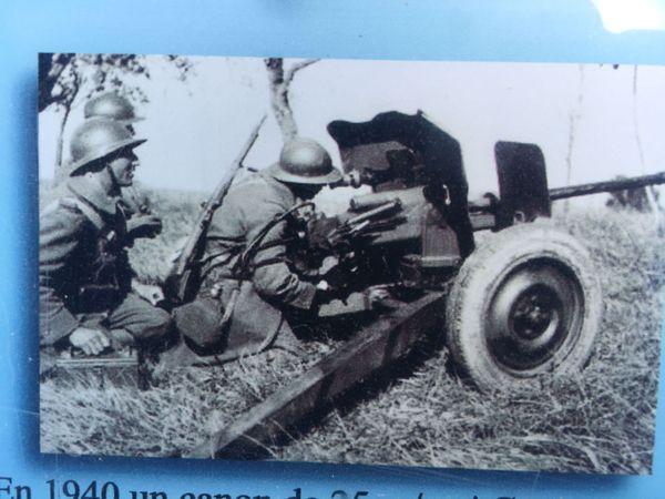 Canon anti-char français. Les groupes de reconnaissance étaient équipés de ce type de canon pour les combats d'arrière-garde en mai 1940.