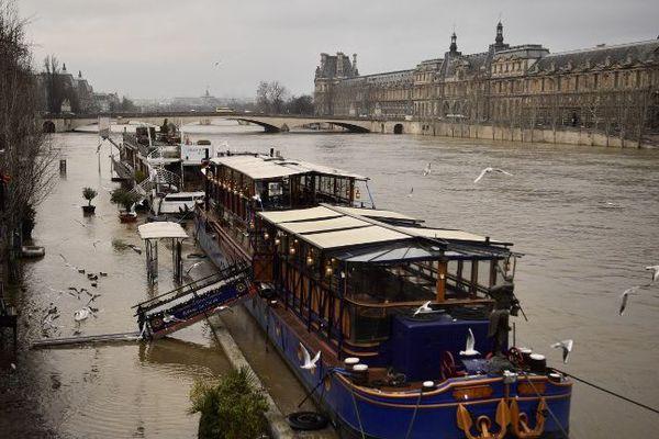 Le musée du Louvre et la Seine, le 9 janvier 2018.