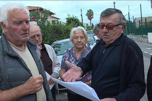 Les riverains protestent contre le classement de leurs habitations en zone bleue dans le boulevard Beaurivage à Antibes dans le cadre de la révision du PPRI.