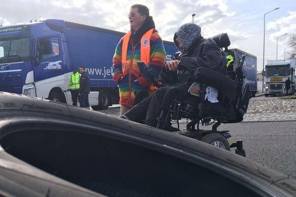 Gilets Jaunes et membres de l'association Handi-Social bloquent depuis 15h30 les accès à la zone de fret de l'aéroport Toulouse-Blagnac