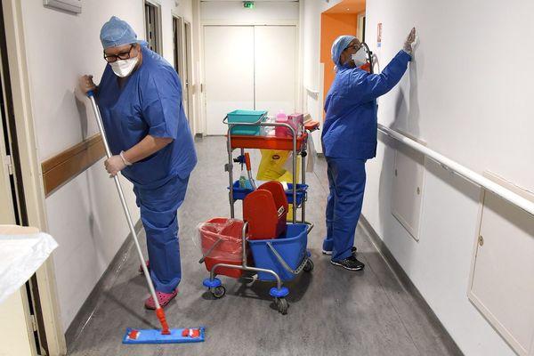 Dans les services Covid, la désinfection des lieux et des matériels est primordiale.